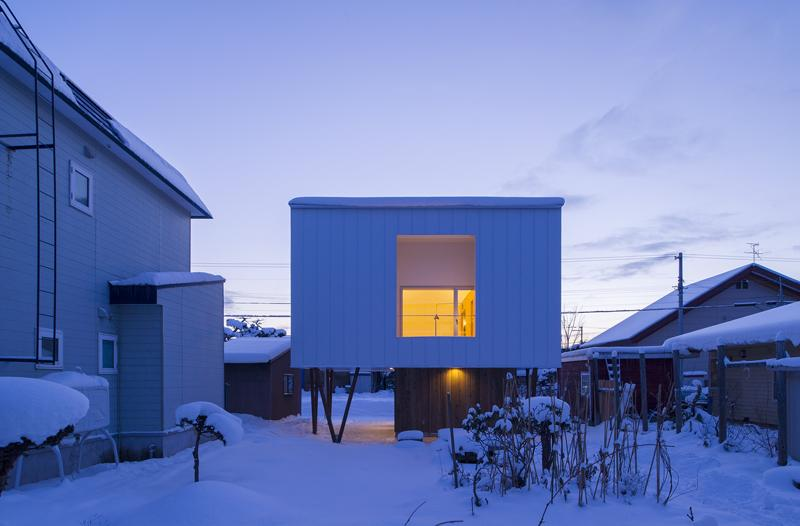 CYINの部屋 裏庭へつながる外部空間を持つ外観-夕景