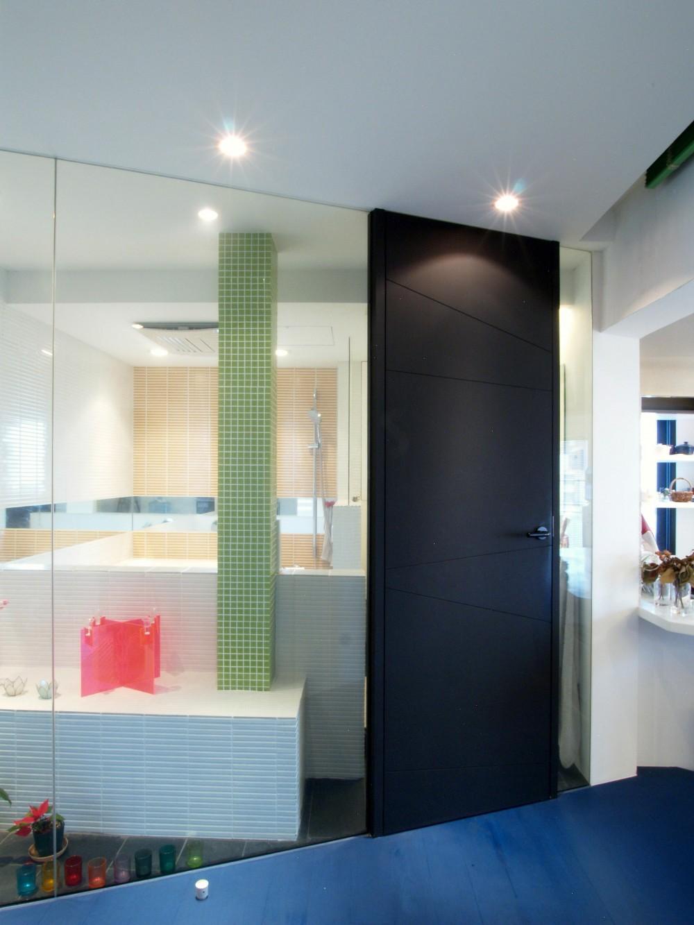 Loci—壁を取り払えず、すべてガラス張りに (バスルーム)