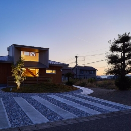 畑が多く残るのどかな住宅地に建つ住宅-夕景 (回光の家)