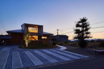 回光の家 (畑が多く残るのどかな住宅地に建つ住宅-夕景)