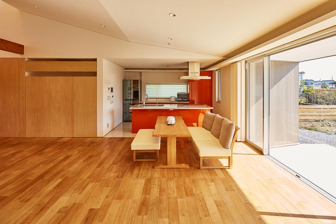 キッチン事例:アクセントカラーのダイニングキッチン(回光の家)