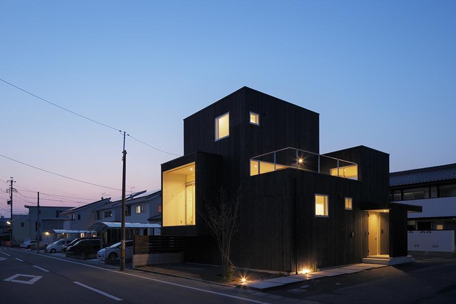 土岐の住宅の部屋 旧街道のおもかげが残る県道に面した住宅-夜景