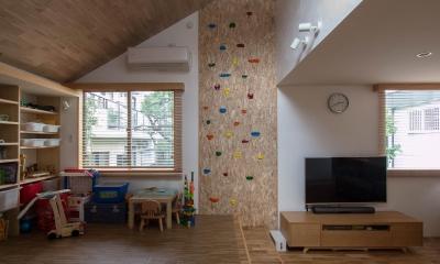 小上りのリビング|三層回遊の家