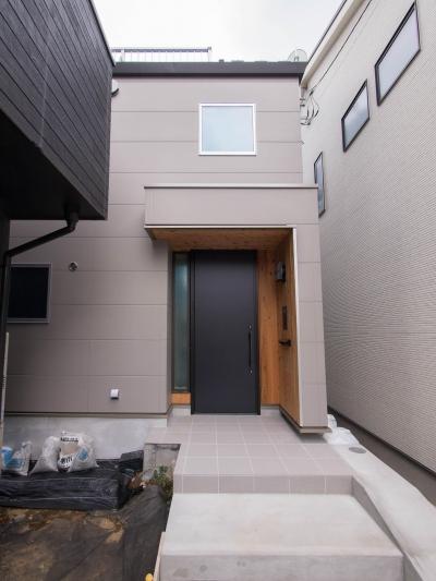 三層回遊の家 (大きな玄関扉と2階のぞき窓)