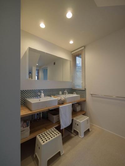洗面台は2台設置 (三層回遊の家)