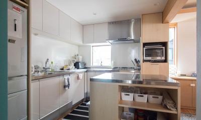 三層回遊の家 (L型キッチンとアイランド型の作業台)