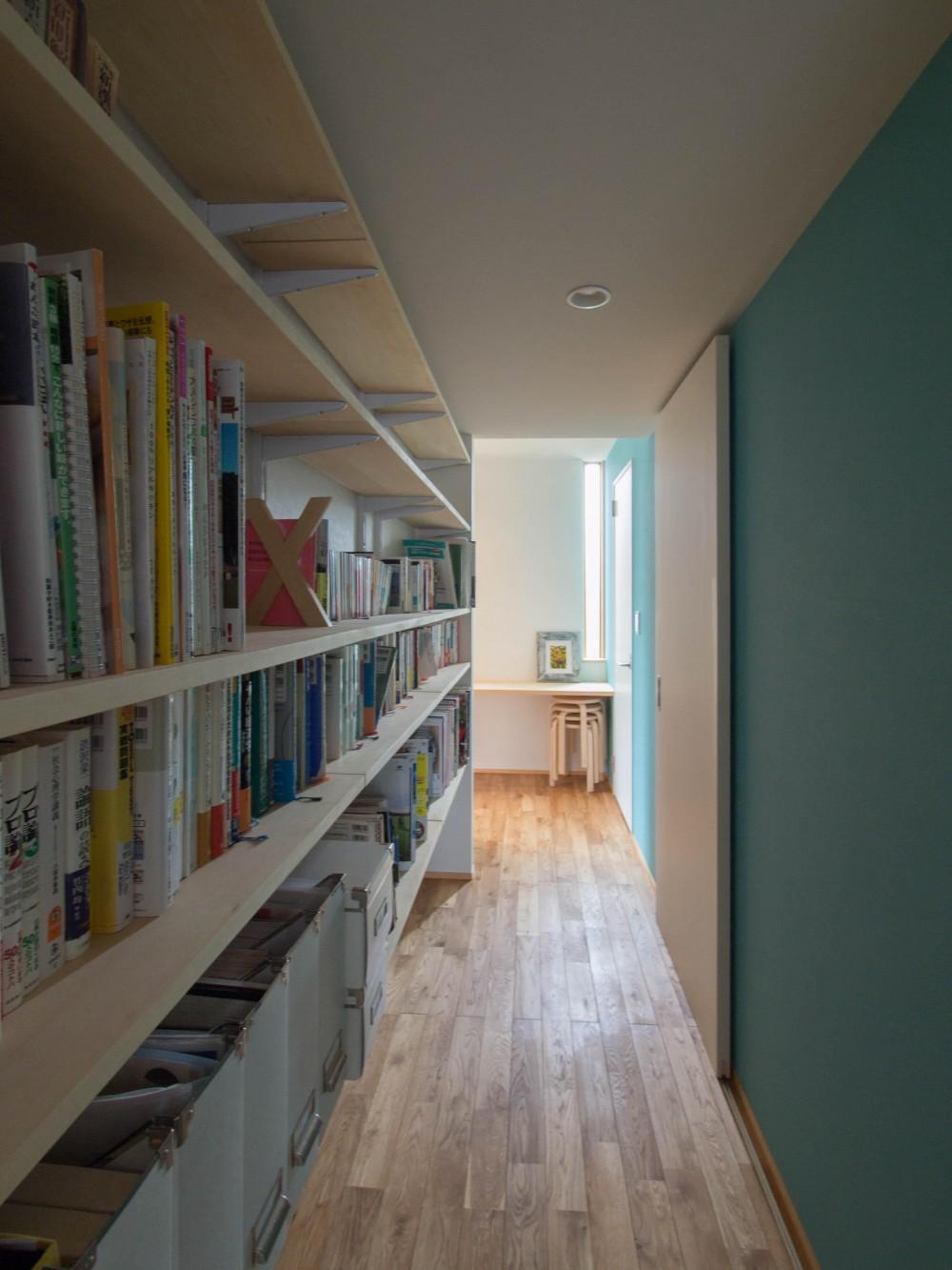 三層回遊の家 (廊下に面した書棚)