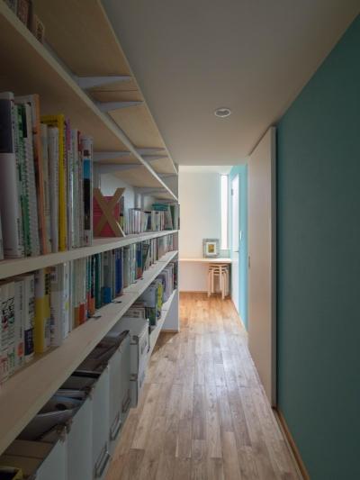 廊下に面した書棚 (三層回遊の家)