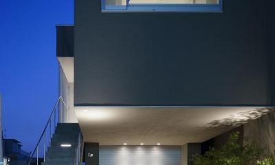 ライトアップしたアプローチ階段とガレージ|御器所の住宅