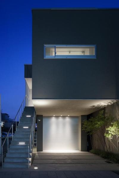 御器所の住宅 (ライトアップしたアプローチ階段とガレージ)