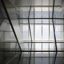 光が差し込むガラス空間