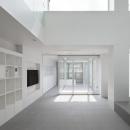 壁収納のある白いリビング
