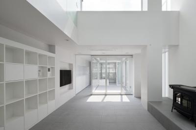 壁収納のある白いリビング (御器所の住宅)