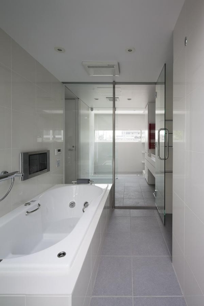 落ち着いた雰囲気のバスルーム (御器所の住宅)