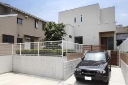目黒区柿の木坂 I邸 (駐車場のある白い外観)