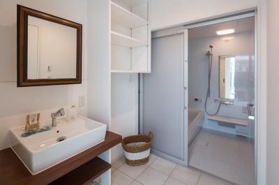 洗面脱衣室 (季節の花を愛で薪ストーブを楽しむ家)