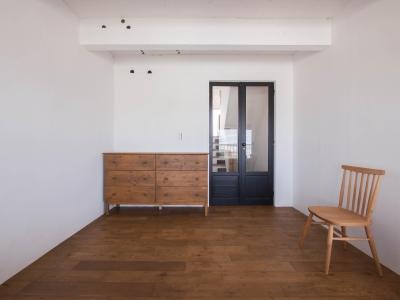 アンティーク扉のある寝室 (わさび(♂)オミソシル(♀)とアンティーク)