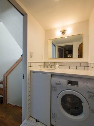 洗面脱衣所は床、壁をタイル張りに (わさび(♂)オミソシル(♀)とアンティーク)