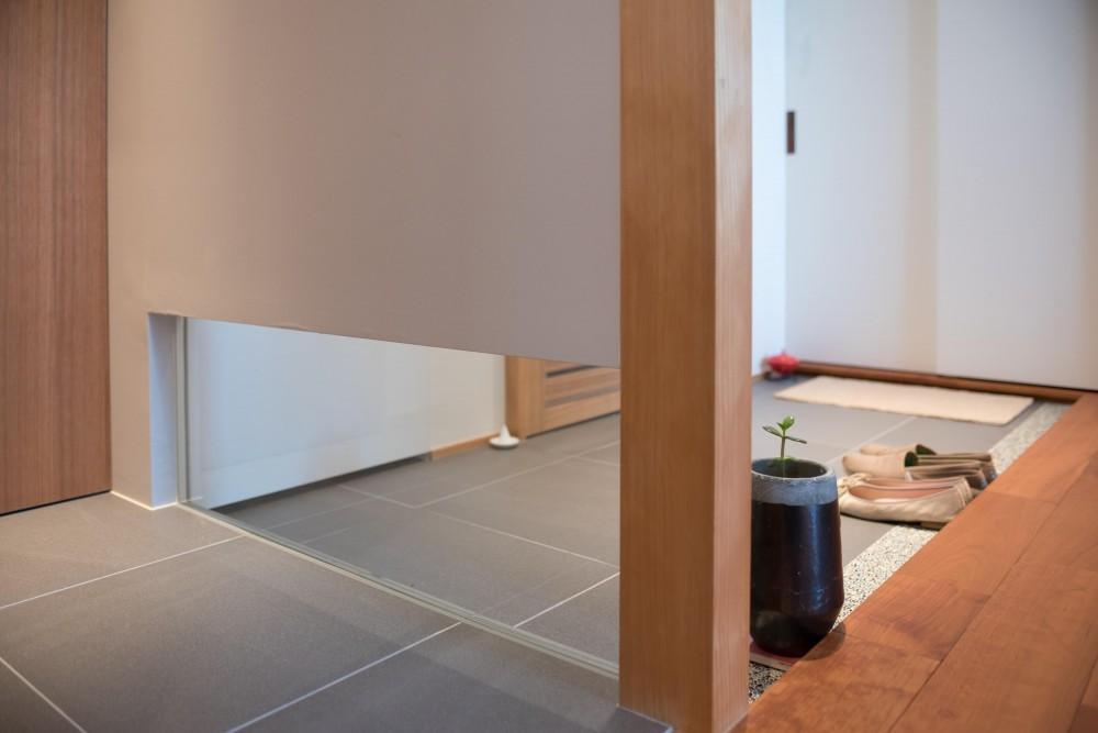 Tさんの家 (玄関とトイレの壁)