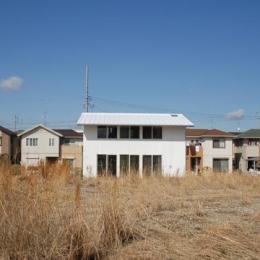 屋根も壁も真っ白な家 (house k)
