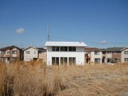 house k (屋根も壁も真っ白な家)