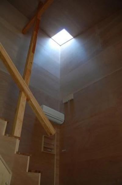 光が差し込む階段 (house k)
