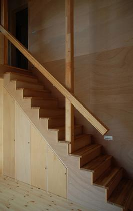 house k (収納のある階段)