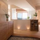文京区Iさんの家の写真 透明な浴室越しに光が降り注ぐ玄関