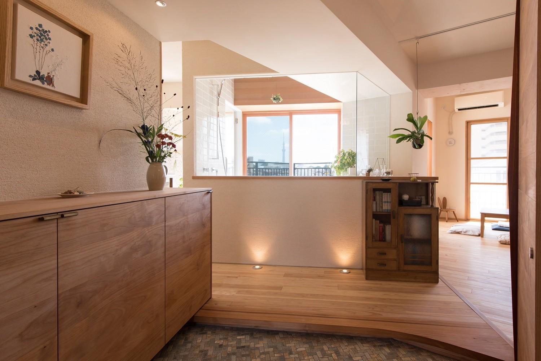玄関事例:透明な浴室越しに光が降り注ぐ玄関(文京区Iさんの家)