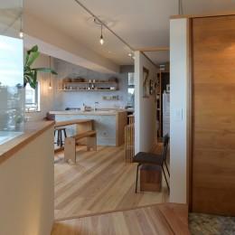 文京区Iさんの家 (玄関から見たキッチン)