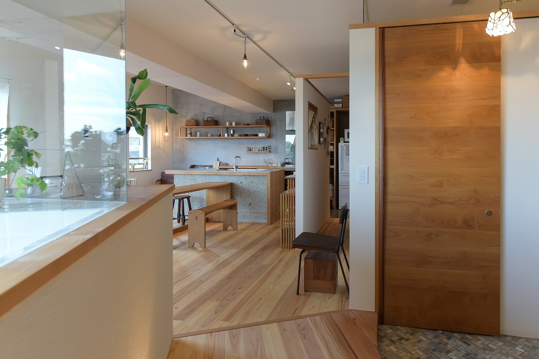 キッチン事例:玄関から見たキッチン(文京区Iさんの家)