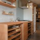 文京区Iさんの家の写真 キッチンと連続するパントリー