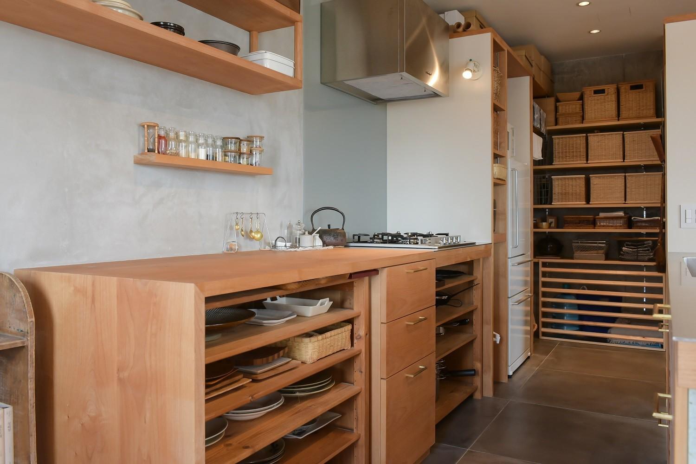 キッチン事例:キッチンと連続するパントリー(文京区Iさんの家)