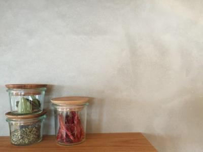 モルタル仕上げのキッチン壁面 (Iさんの家)