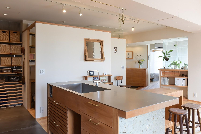 キッチン事例:キッチンから玄関・浴室を望む(文京区Iさんの家)