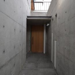 コンクリートで囲まれた玄関アプローチ