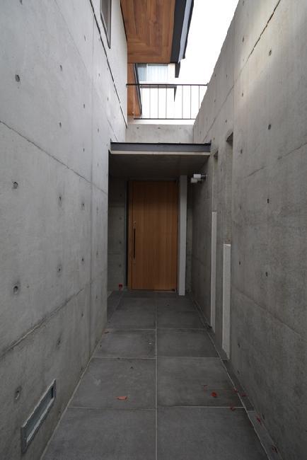 玄関事例:コンクリートで囲まれた玄関アプローチ(gokenya no ie)