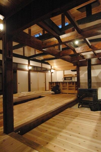 静岡県伊東市にある築100年の古民家 (勾配天井のリビング)
