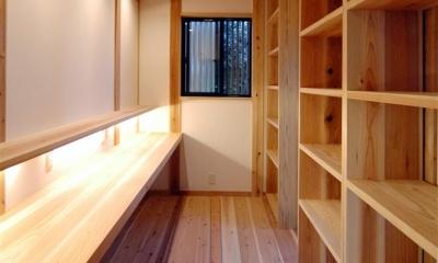 静岡県伊東市にある築100年の古民家 (造作棚と造作デスクのあるスペース)