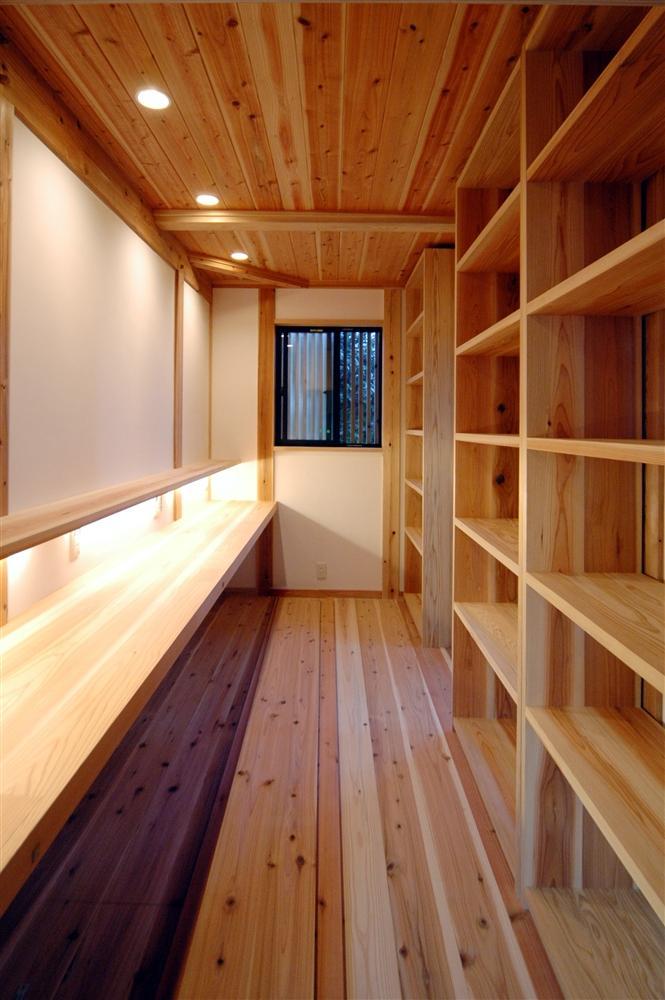 静岡県伊東市にある築100年の古民家の部屋 造作棚と造作デスクのあるスペース