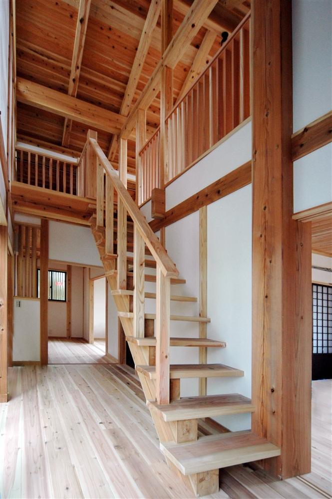 静岡県伊東市にある築100年の古民家 (木を感じるオープン型階段)