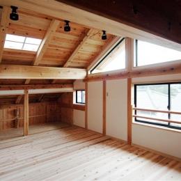 静岡県伊東市にある築100年の古民家 (天窓から光が差し込む空間)