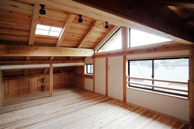 天窓から光が差し込む空間 (静岡県伊東市にある築100年の古民家)