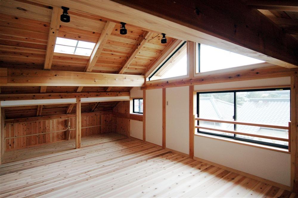 静岡県伊東市にある築100年の古民家の部屋 天窓から光が差し込む空間