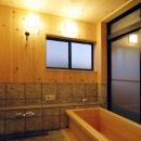静岡県伊東市にある築100年の古民家の写真 リラックスが出来る木製浴槽