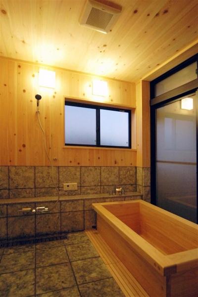リラックスが出来る木製浴槽 (静岡県伊東市にある築100年の古民家)