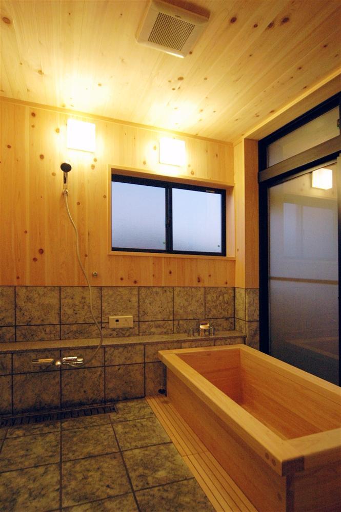 静岡県伊東市にある築100年の古民家の部屋 リラックスが出来る木製浴槽