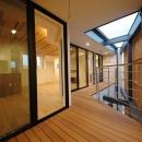 斜めに切り取った坪庭を有した家の写真 プライベートな屋外空間1