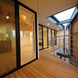 斜めに切り取った坪庭を有した家 (プライベートな屋外空間1)