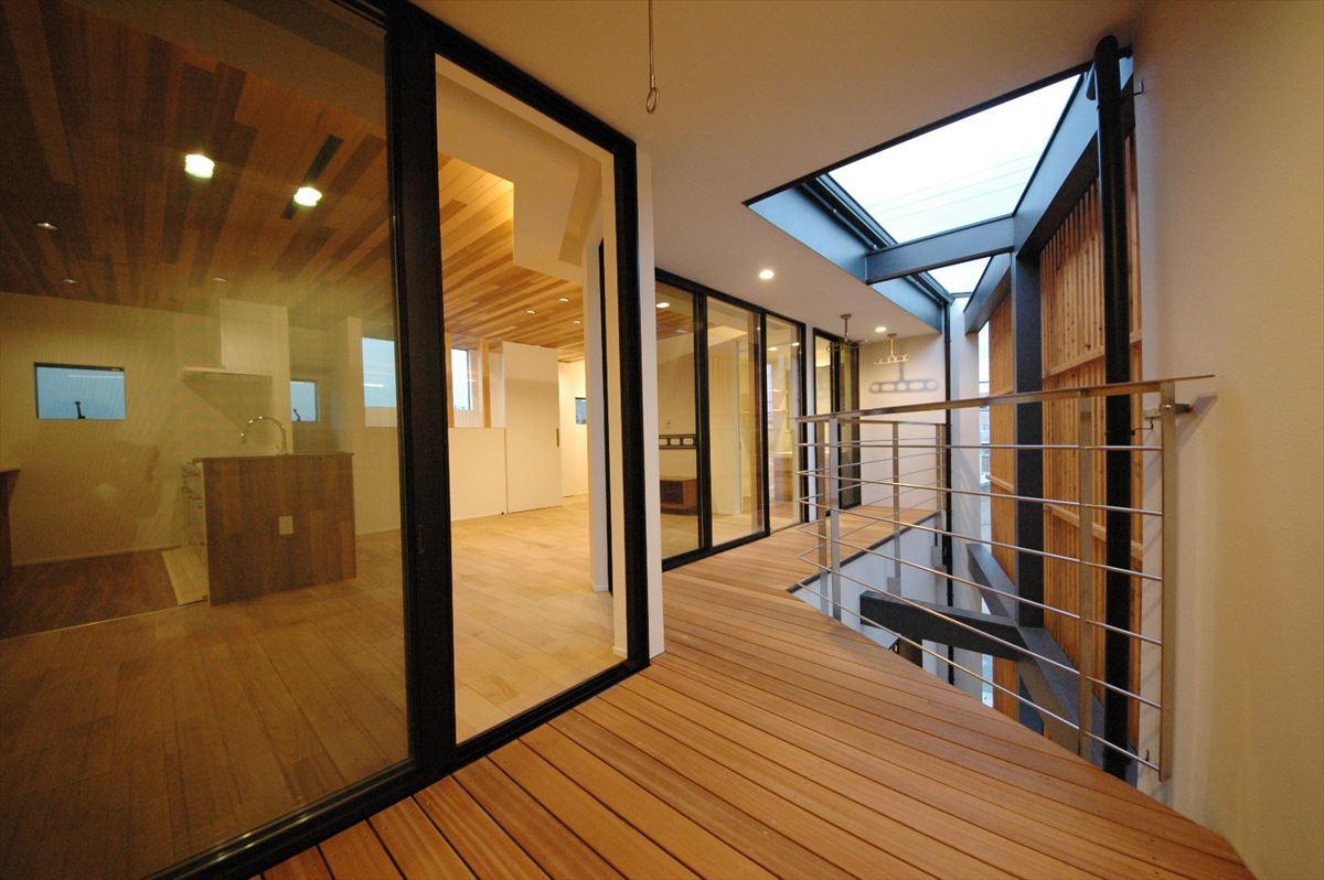 アウトドア事例:プライベートな屋外空間1(斜めに切り取った坪庭を有した家)
